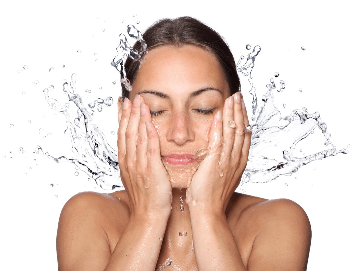 話題の炭酸水洗顔は効果あり!?正しいやり方と注意点