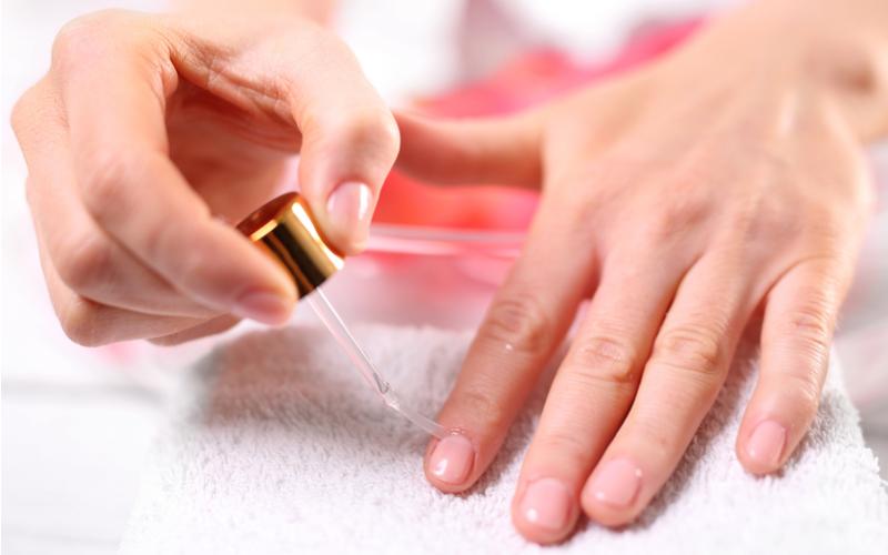 甘皮処理で綺麗な爪に!セルフ甘皮処理の方法や注意点