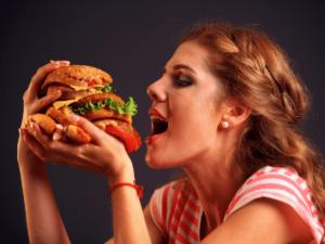 過食ストレス?!なぜ食べ過ぎてしまうの?過食防止対策4選