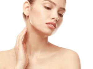 首のしわは老けてみられる!?首のしわができる原因と改善方法